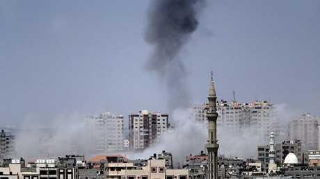 دخان يتصاعد من موقع في غزة تعرض لقصف إسرائيلي يوم 29 مايو