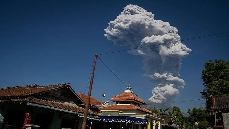 إندونيسيا ترفع مستوى التحذير جراء ثوران بركاني في جزيرة جاوة