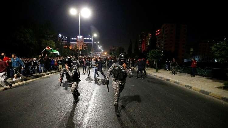 محتجون يحاولون اقتحام مقر الحكومة الأردنية