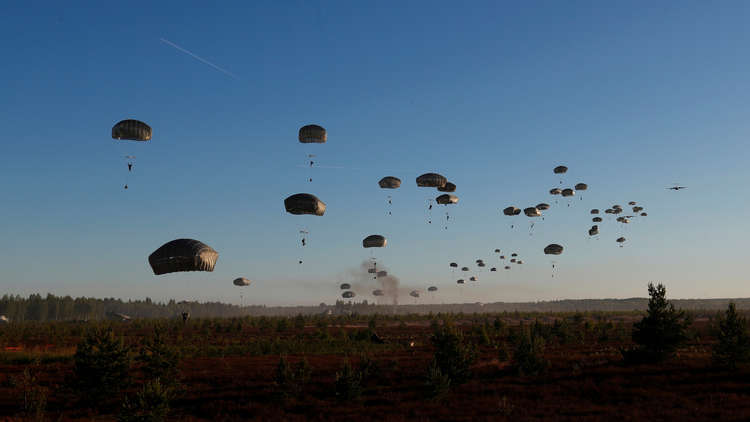 احتراق معدات عسكرية أمريكية في الجو خلال إنزالها في لاتفيا