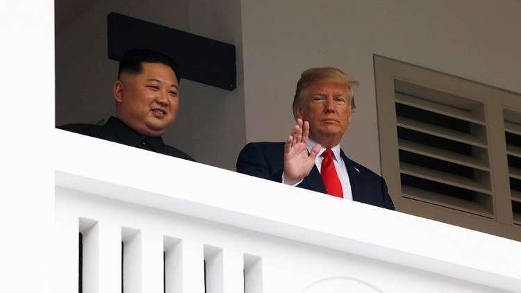 ترامب وكيم يتجولان أثناء توجههما إلى اجتماع القمة