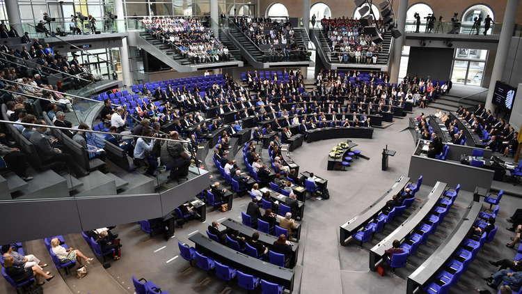 البرلمان الألماني يقر قواعد جديدة لاستقدام عائلات اللاجئين