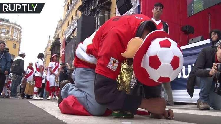 حزن وصدمة مشجعي بيرو عقب خسارتهم أمام الدنمارك