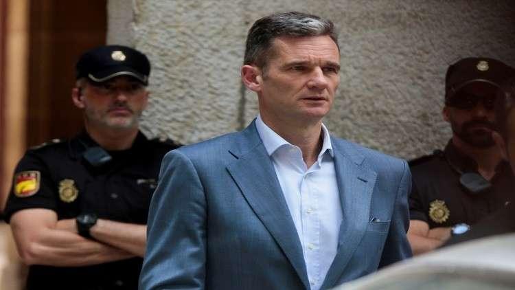 صهر ملك إسبانيا لدى اقتياده إلى السجن