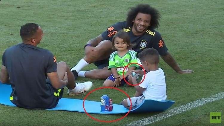 بالفيديو.. أطفال نجوم البرازيل يتدربون مع آبائهم في مونديال روسيا رفقة