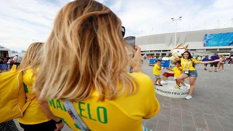 شاهد.. تفاعل طريف بين مشجعي البرازيل ومضيفة طيران روسية