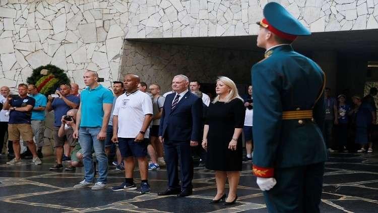 نائب السفير البريطاني في روسيا ليندسي سكول ، ورئيس اتحاد كرة القدم الإنجليزي جريج كلارك وبعض المشجعين في فولغوغراد  يوم 18 يونيو 2018.