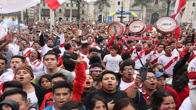 بالفيديو.. جماهير البيرو تشعل الأجواء قبل مواجهتها المصيرية مع فرنسا
