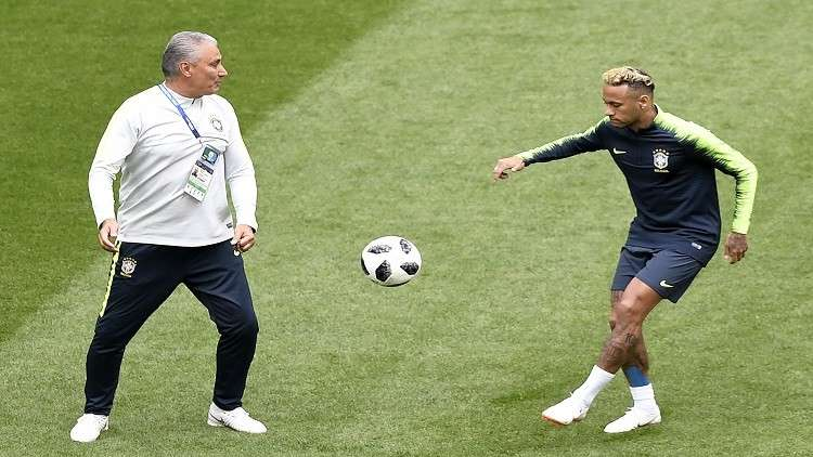 مدرب البرازيل يتعرض للإصابة أثناء مباراة كوستاريكا