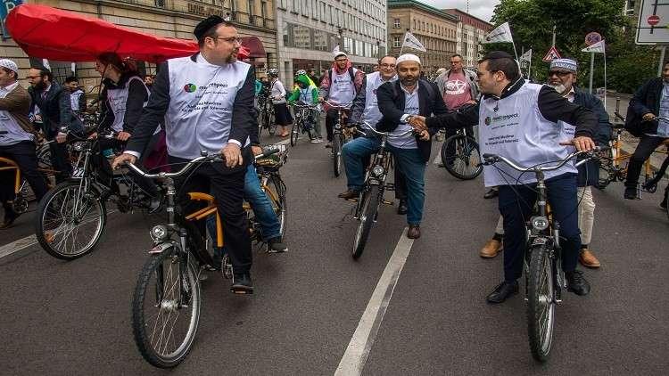أئمة وحاخامات يتظاهرون على دراجات هوائية في برلين