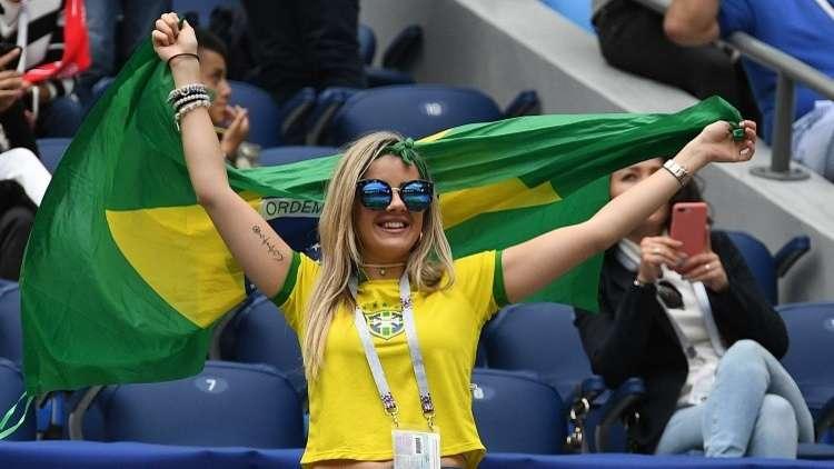 شاهد.. مشجع يفشل في تقبيل مذيعة برازيلية!