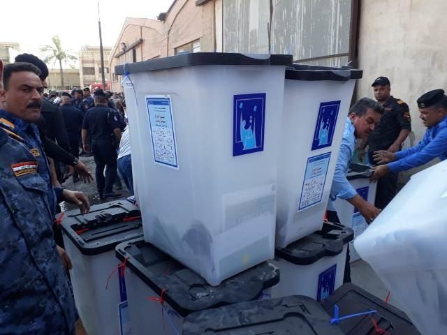 عملية إخراج صناديق الاقتراع من الحريق في العراق