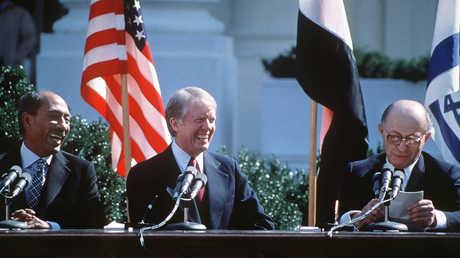 رئيس الوزراء الإسرائيلي، مناحم بيغين، والرئيس الأمريكي، جيمي كارتر، والرئيس المصري، أنور السادات، خلال مراسم توقيع اتفاق كامب ديفيد يوم 26 مارس 1979