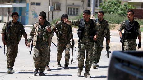 """مقاتلون أكراد من """"وحدات حماية الشعب"""" في مدينة القامشلي - أرشيف"""