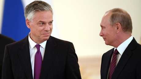 الرئيس الروسي، فلاديمير بوتين، والسفير الأمريكي لدى روسيا، جون هانتسمان