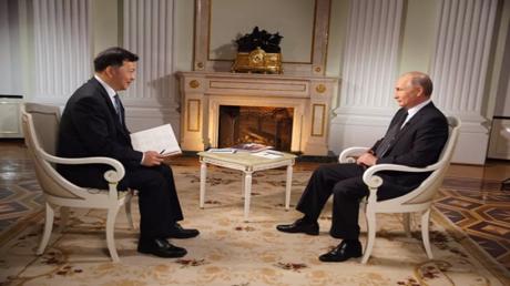 بوتين أثناء المقابلة مع الصحافة الصينية