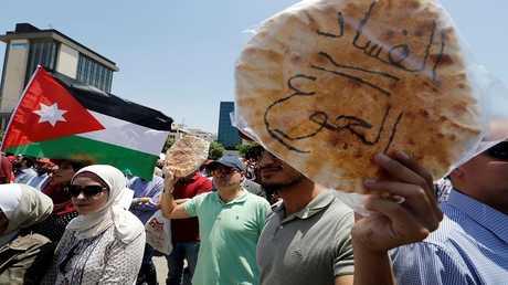 الأردن.. شاهد ردة الفعل الغاضبة للمحتجين من كلمة العبوس لمنحه مهلة للحكومة