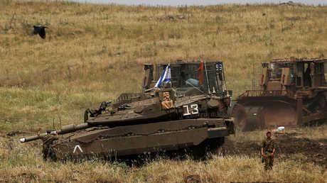 جندي من الجيش الإسرائيلي مع دبابة في هضبة الجولان المحتل