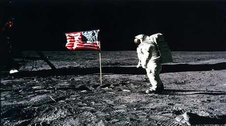 العلماء يحلون لغز القمر الذي حيرهم عقودا من الزمن