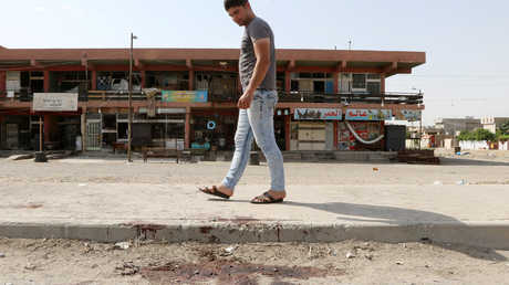 دماء تغطي أحد الشوارع بعد تفجير في العراق
