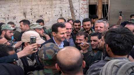 بشار الأسد وسط عناصر من الجيش السوري
