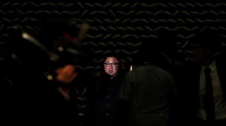 زعيم كوريا الشمالية كيم جونغ أون بعد وصوله إلى سنغافورة