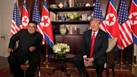 الرئيس الأمريكي دونالد ترامب والزعيم الكوري الشمالي قبل انطلاق أعمال القمة بينهما