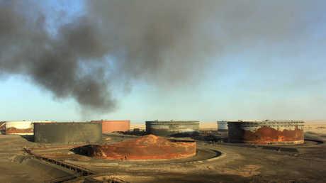 دخان يتصاعد من ميناء السدرة في الهلال النفطي الليبي (أرشيف)