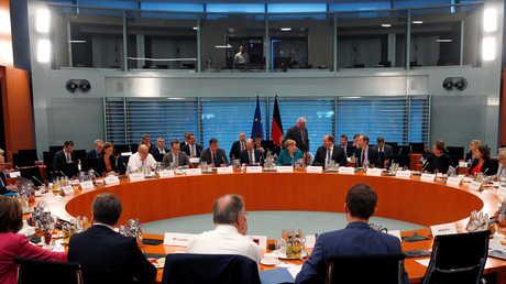 أنغيلا ميركل أثناء لثائها مع رؤساء وزراء الولايات الاتحادية الألمانية في برلين