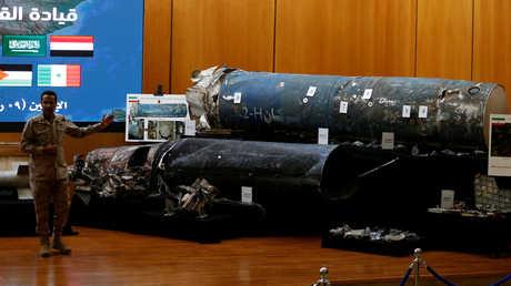 المتحدث باسم التحالف العربي، العقيد الركن تركي المالكي، يعرض أجزاء صواريخ أطلقها الحوثيون على أهداف في السعودية
