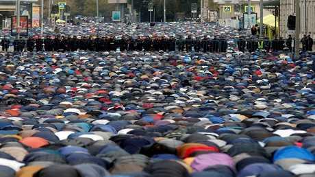 عشرات آلاف المسلمين يؤدون صلاة العيد في العاصمة الروسية موسكو