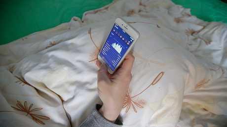 استخدام الهاتف الذكي لفترة طويلة قد يسبب العمى المؤقت