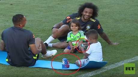 """بالفيديو.. أطفال نجوم البرازيل يتدربون مع آبائهم في مونديال روسيا رفقة """"ماتريوشكا"""""""