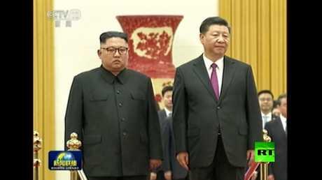 لحظة استقبال الرئيس الصيني للزعيم الكوري الشمالي كيم جونغ أون في بكين