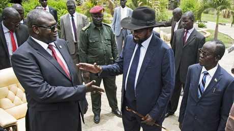 رئيس جنوب السودان سلفا كير وزعيم المتمردين رياك مشار خلال لقائهما عام 2016