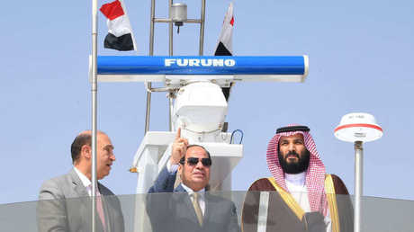 الرئيس المصري ورئيس هيئة قناة السويس مع ولي العهد السعودي