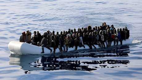قارب مطاطي يقل لاجئين في البحر المتوسط - أرشيف