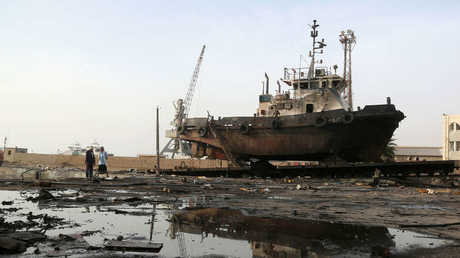 آثار القصف في ميناء الحديدة