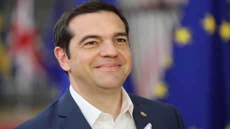 رئيس وزراء اليونان يعود للبس رباط العنق