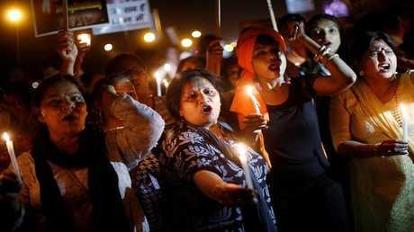 نساء يحملن الشموع وشعارات خلال احتجاج على اغتصاب فتاة في العاشرة من عمرها ، في ضواحي دلهي ، الهند في 25 أبريل 2018.