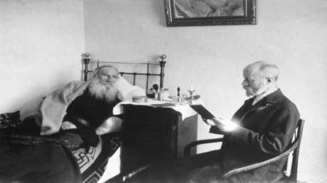 صورة للكاتب الروسي العظيم ليو تولستوي راقدا في الفراش