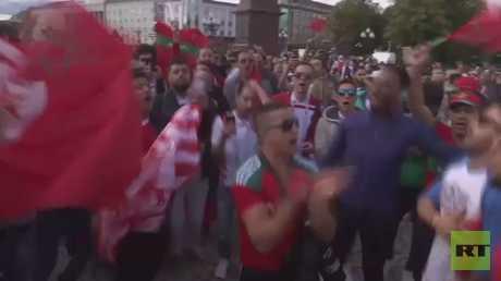 عشاق منتخب المغرب يشجعونه بكالينينغراد