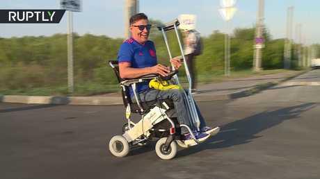 منظمة خيرية من قازان تقدم كرسيا متحركا لمشجع