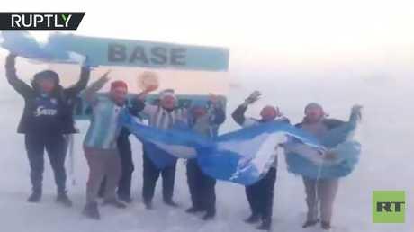 حتى في القطب الجنوبي يشجعون الأرجنتين!