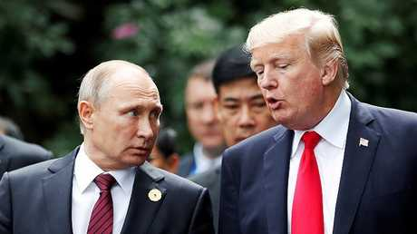 أرشيف - لقاء قصير بين بوتين وترامب في فيتنام في نوفمبر 2017 على هامش قمة أبيك