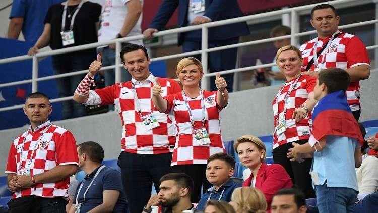 بالفيديو.. رئيسة كرواتيا تعانق لاعبي منتخب بلادها احتفالا بالتأهل للدور ربع النهائي