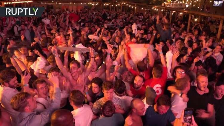 مشجعون المنتخب الإنجليزي يحتفلون بالفوز على كولومبيا