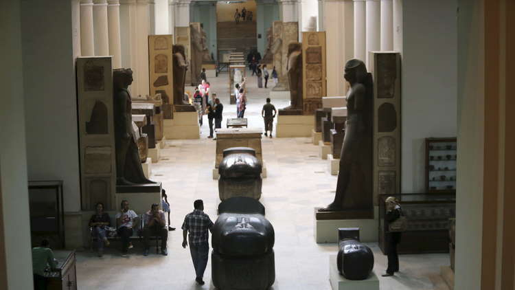 مصر تعرض آثارا نادرة مستردة من مهربين