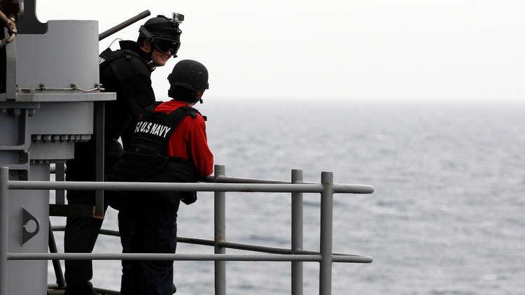 البحرية الأمريكية ردا على التهديد الإيراني: سنحمي حرية الملاحة عبر مضيق هرمز