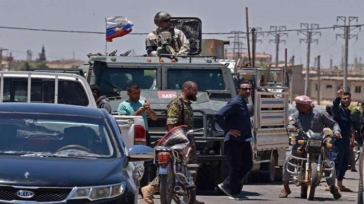 الشرطة العسكرية الروسية ترافق النازحين إلى ديارهم في درعا السورية